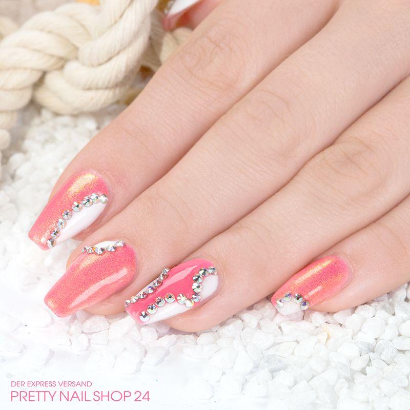 #peach   #trendstyle   #swarovski   #nailart   Mit dieser Kreation strahlen Eure Nägel. Die Farbgele pure-rosa (Art.-Nr. 8021) und golden peach (Art.-Nr. 8344) wurden miteinander kombiniert, aufgelockert durch weiße Farbfelder. Highlights setzen die irisierenden Swarovski Steine (Art.-Nr. 7697). Schaut einmal genau hin, die Steine müssen nicht immer gleich angebracht werden.