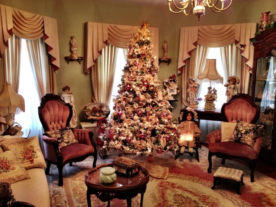 Christmas Decorations In The Parlor At Ivycrest Inn Bed And Breakfast Victorian Rooms Christmas Living Rooms Victorian Decor