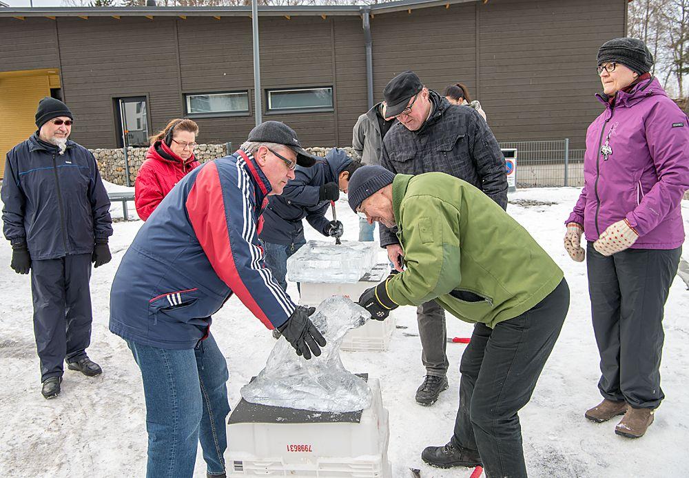 Jäänveistoa Härmälänrannassa maaliskuussa 2016. / Ice sculpture competition in Härmälänranta, March 2016.