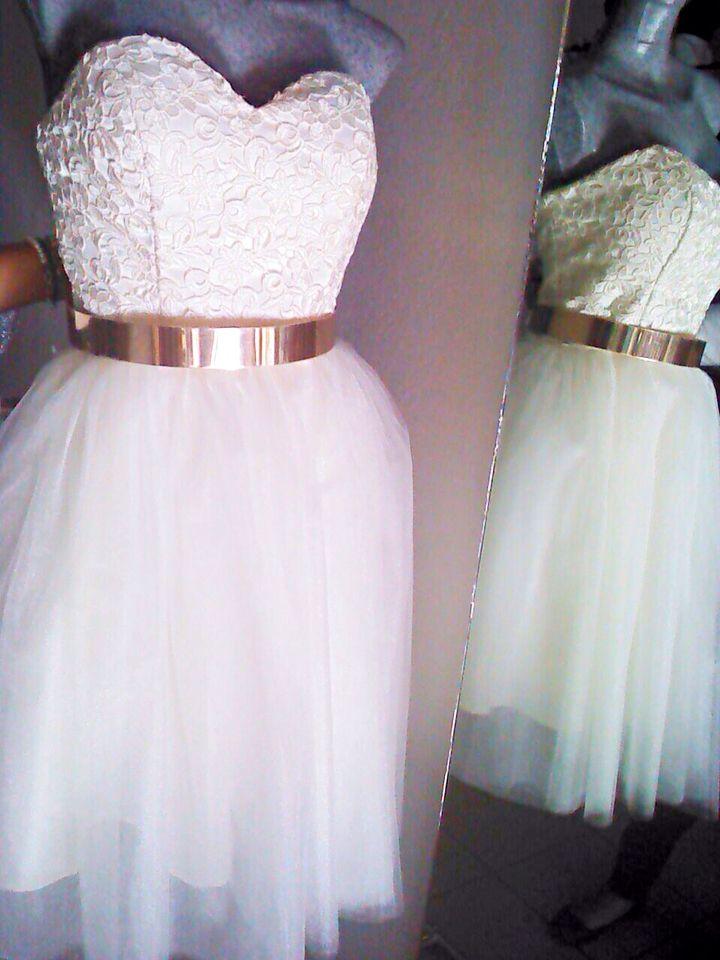 87d4b067 Vestido corto falda circular en tul, con talle en guipure y cinturón ...
