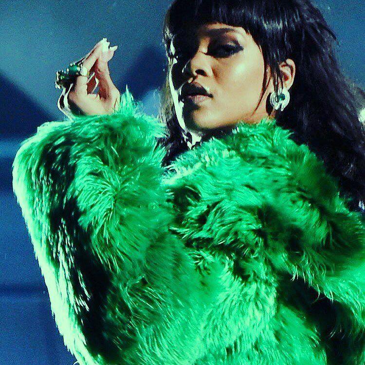 Rihanna rocks green fur coat & kinky