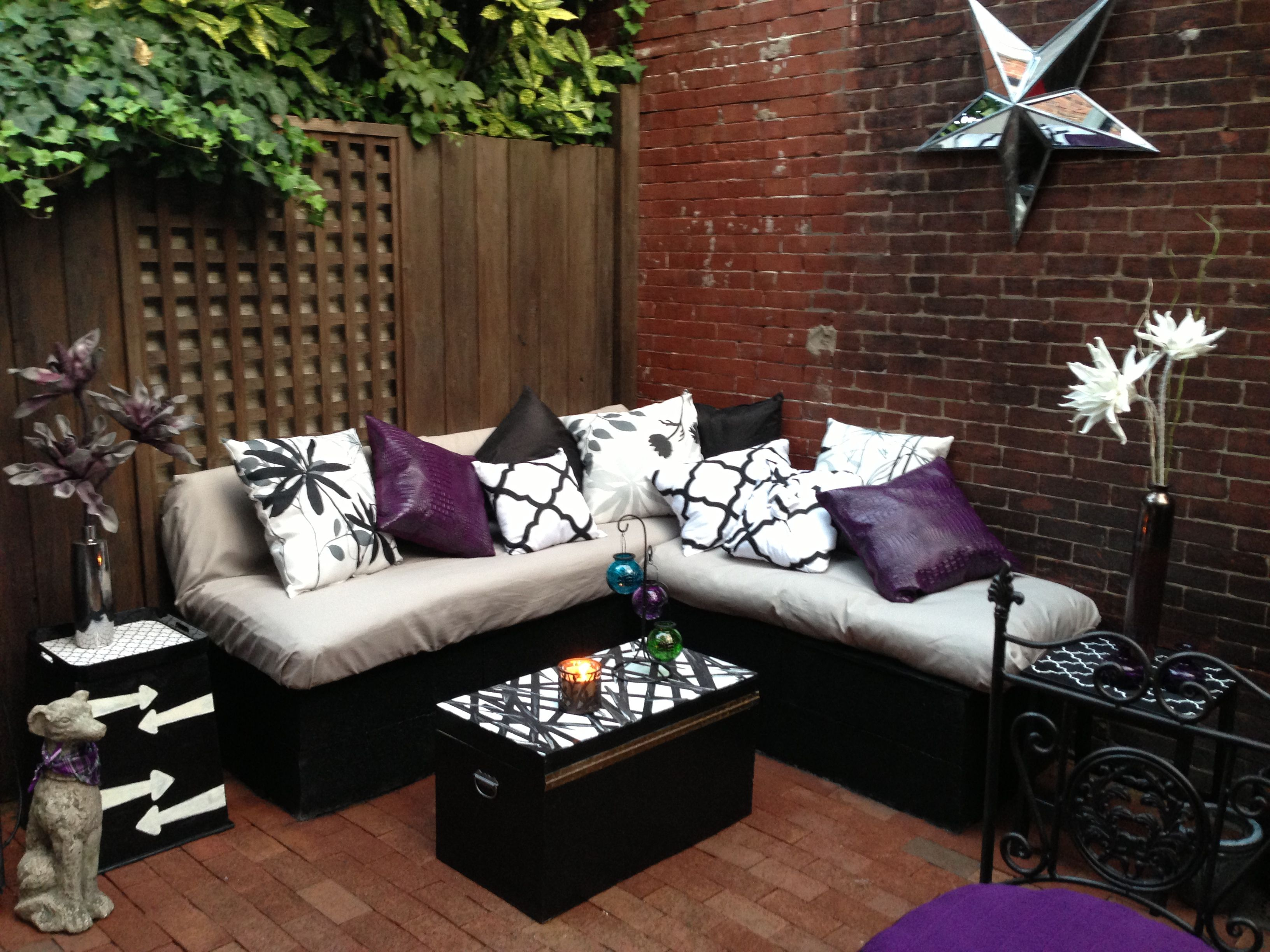 Diy patio furniture cinder blocks - Diy Lounge Seating Cinder Block And Black Spray Paint As The Base