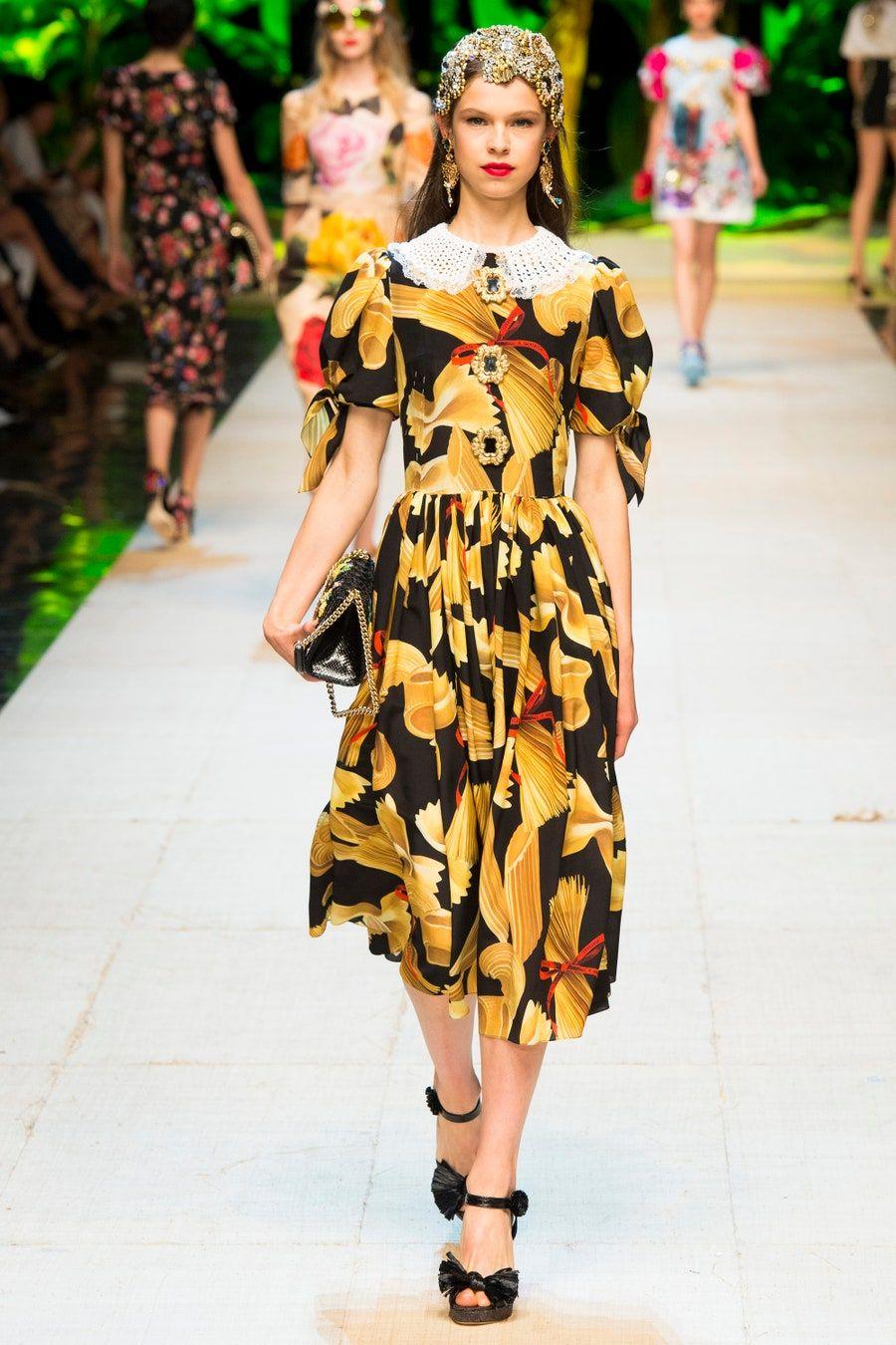 Dolce Gabbana Spring 2017 Ready To Wear Fashion Show In 2020 Fashion Fashion Show Catwalk Collection