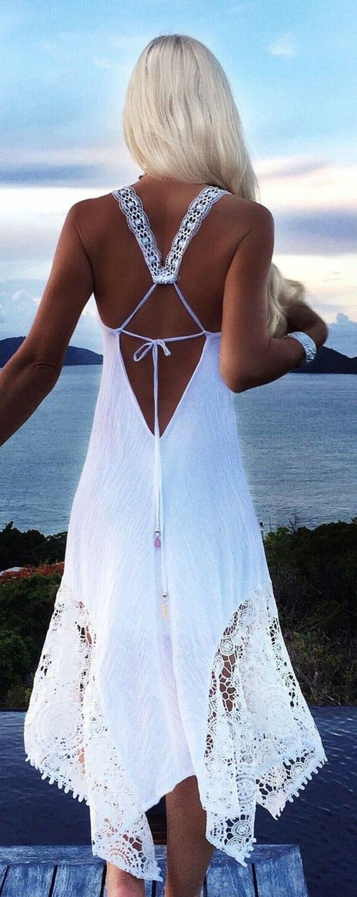 coole lange weiße kleider - elegante blonde dame | weißes