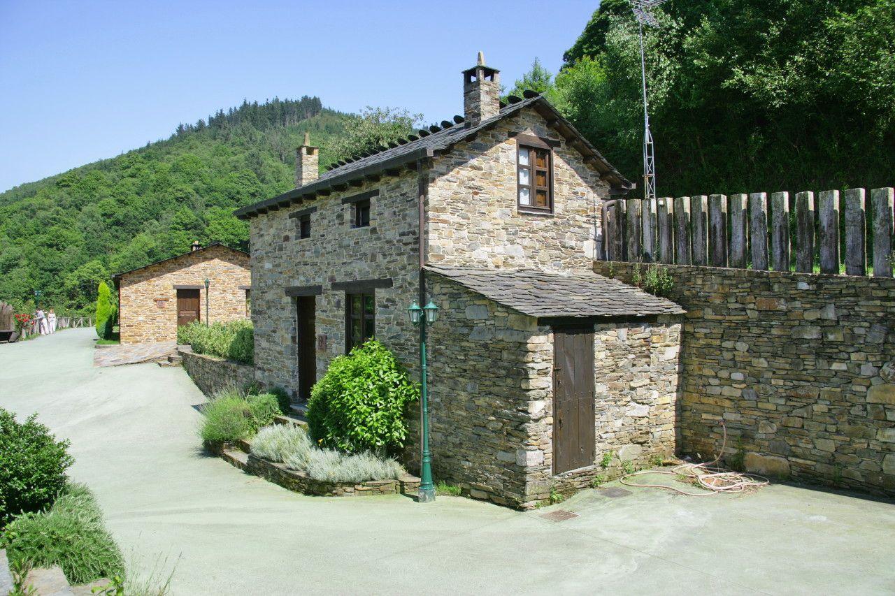 Nombre: Casa rural La Bodega. Casas rurales íntegras en Aguillon (Taramundi), Asturias, España. Webs: http://is.gd/v2hg4E • http://is.gd/f2bGXi. Información sobre Asturias: http://www.vivirasturias.com/ • http://www.turivia.com/. Otros sitios sobre Asturias: http://www.eurowebmedia.es/. Redes sociales: https://plus.google.com/115398117044453153286. https://twitter.com/vivirasturias. www.youtube.com/vivirasturias. http://www.facebook.com/vivirasturias