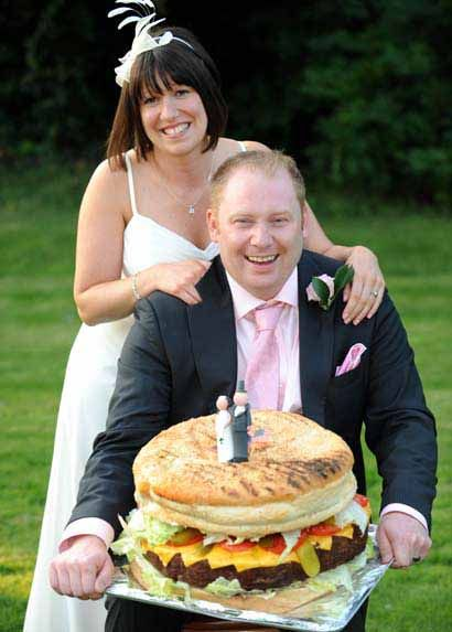 Tight Budget Wedding To Save On Cost For Their Wedding A Burger Maker Made Their Own Weddin Crazy Wedding Cakes Creative Wedding Cakes Unusual Wedding Cakes