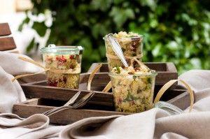 Quinoa-Salat mit Nüssen, Zucchini und Feta für das Spätsommer-Picknick