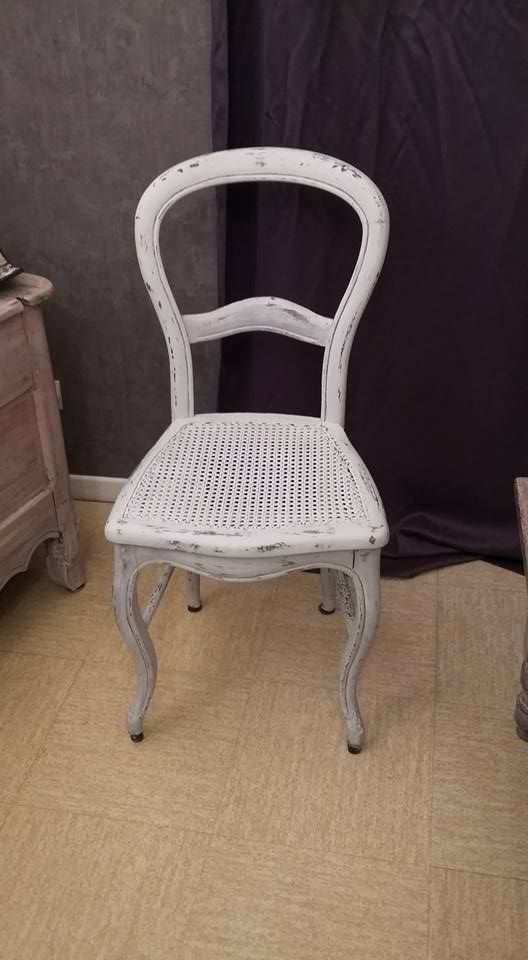 Une Patine Gris Nuee Cuir Brulee Finition Cire Incolore Pour Cette Chaise Cannee Ancien Style Louis XV