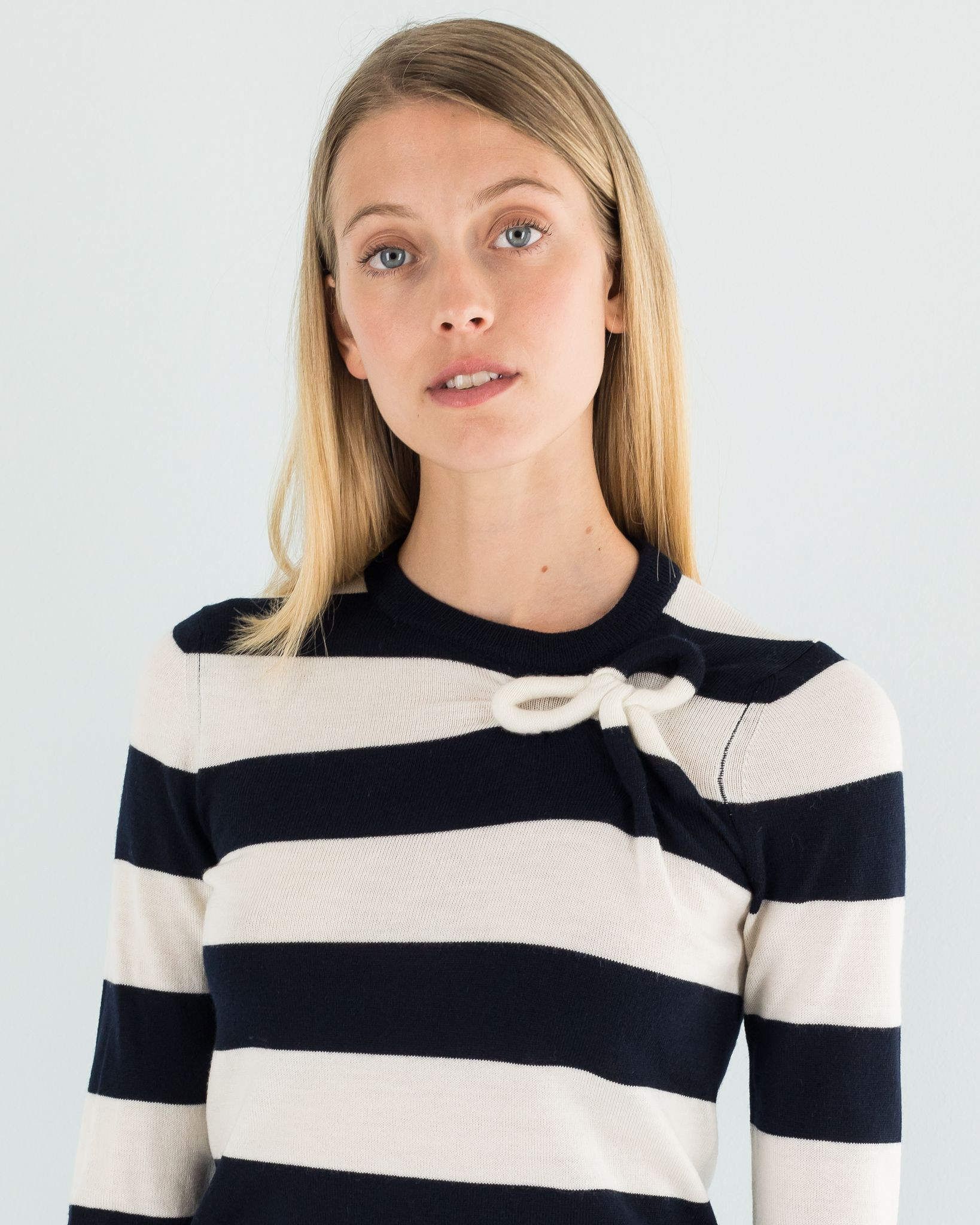 Sweater in warm wool with a fine touch, decorated with a bow inserted in the fabric. Available in three different options: white/red, white/blue or gray/black. #ForeverStripes on www.lazzarionline.net and in our stores. #LazzariStore #Lazzari #LazzariGirl #stripes