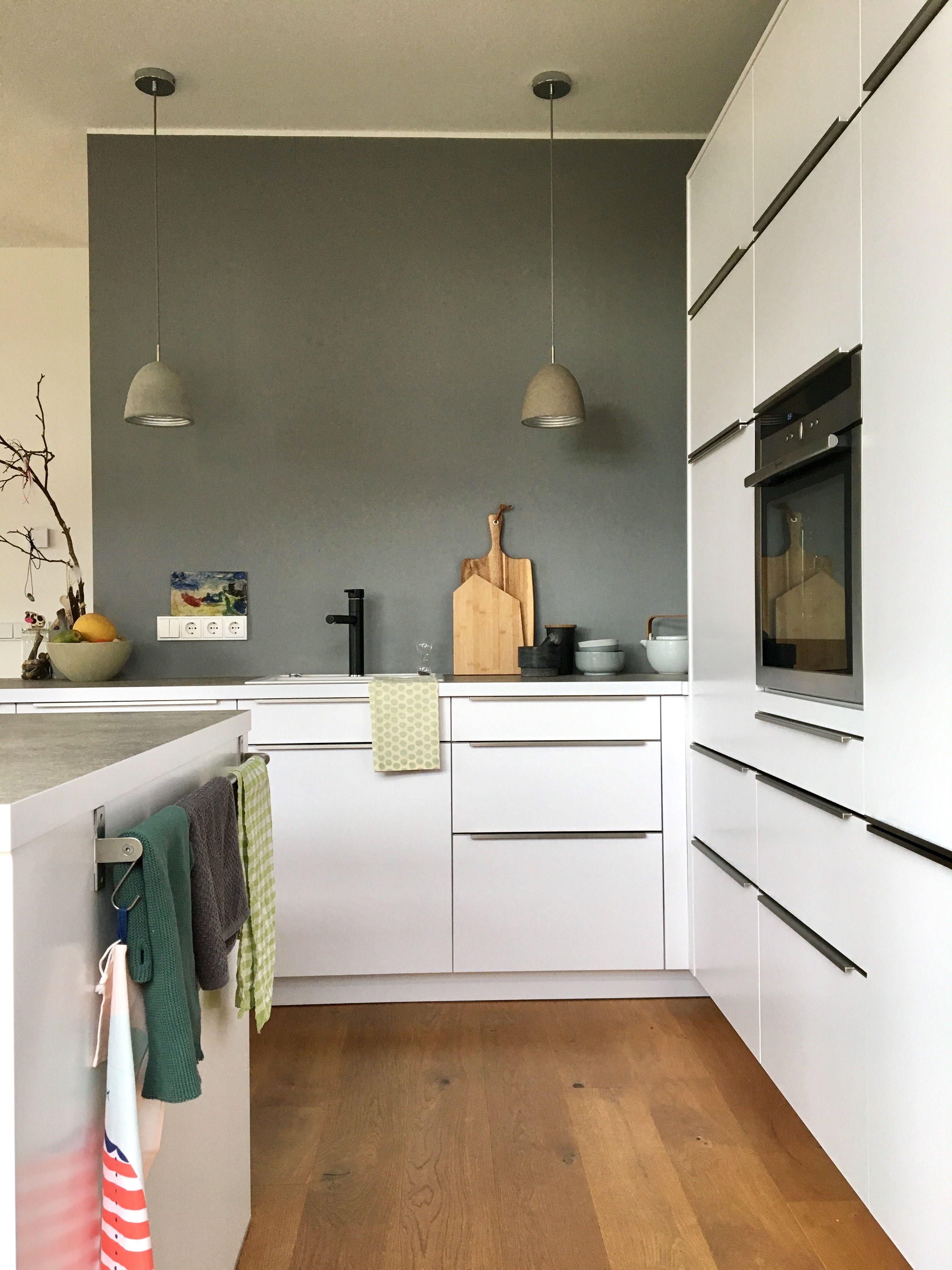 mal janz flott..   küche holzboden, küche beton und wand küche