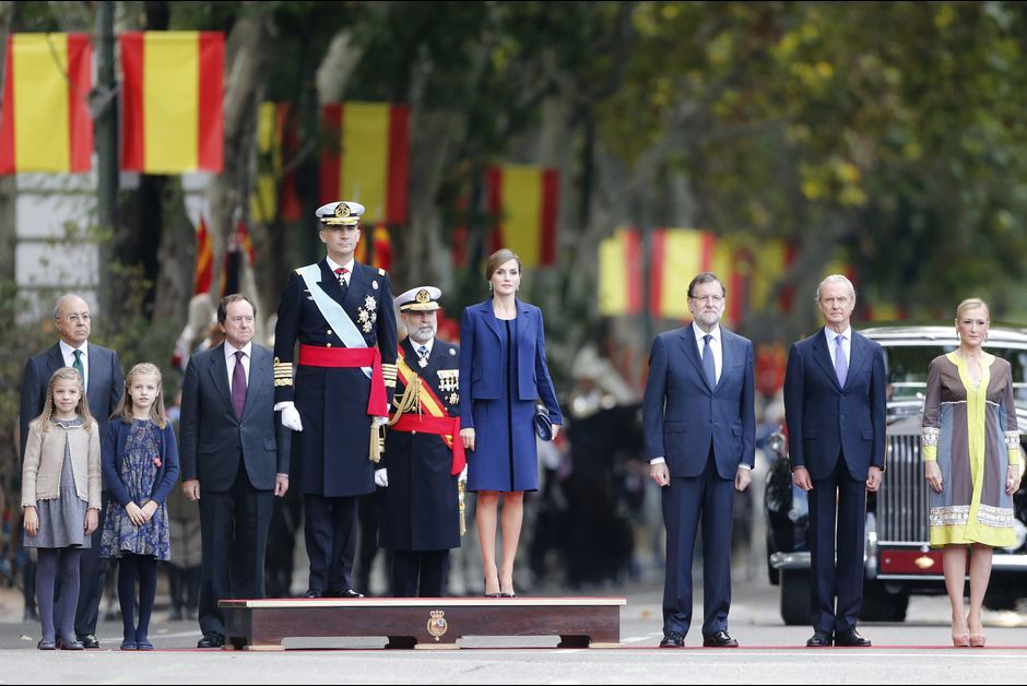 La reine Letizia et le roi Felipe VI d'Espagne avec leurs filles à Madrid, le 12 octobre 2015