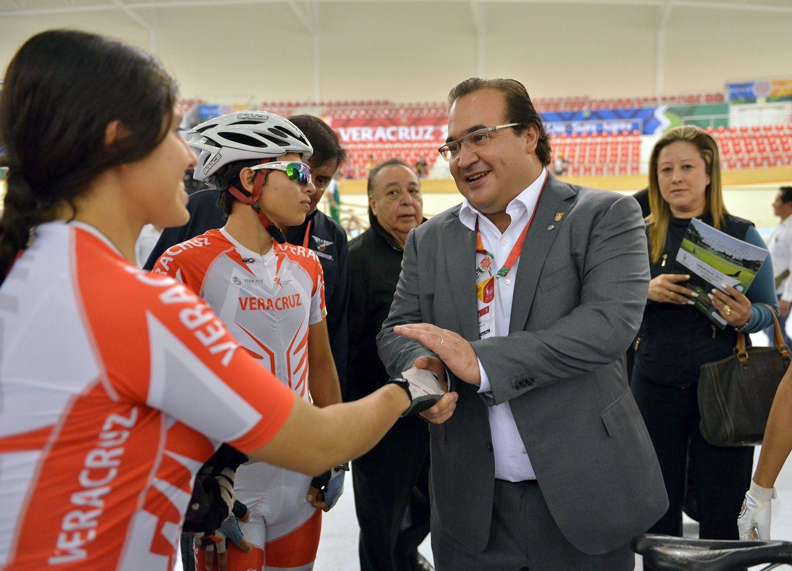 El gobernador Javier Duarte de Ochoa al inauguró el magno recinto, acompañado por la presidenta del Patronato del Sistema DIF estatal, Karime Macías Tubilla.