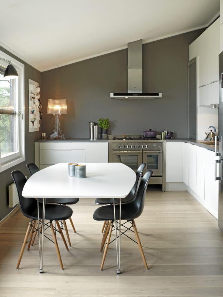 La cocina de HTH es en forma de L, con alacena sobre una pared. Los ...