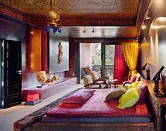 traditionelles Schlafzimmer in warmen Farben an Wänden und ...