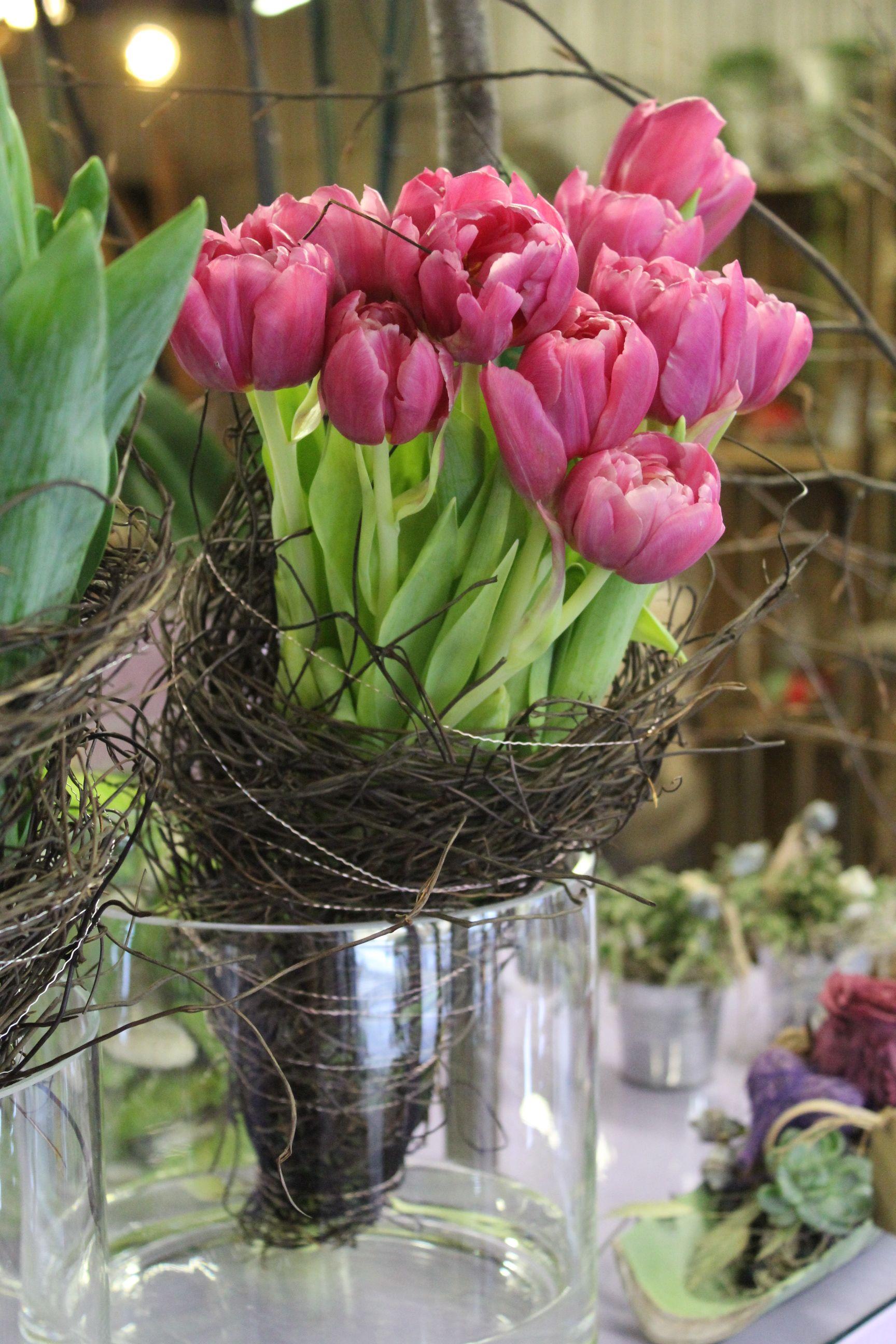 schlichte frühlingsdekoration mit gefüllten rosa tulpen, Gartengerate ideen