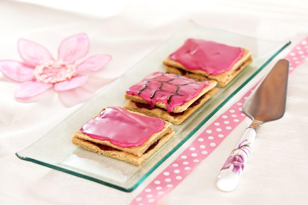 Mansikkaiset ystävänpäiväleivokset: http://www.dansukker.fi/fi/resepteja/mansikkaiset-ystavanpaivaleivokset.aspx Kenelle tarjoaisit näitä ihanuuksia? #leivos #resepti