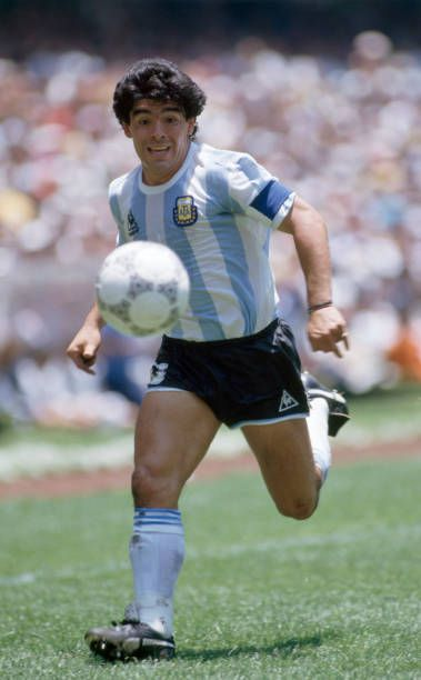 Diego Maradona In Action For Argentina During The Fifa World Cup Final Between Argentina And West Germany At Fotos De Futbol Imagenes De Futbol Diego Maradona