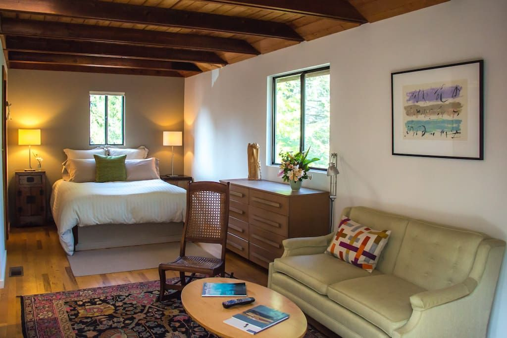Apartment in Mendocino, United States. Newly renovated serene contemporary studio located 5 minutes up the hill from the historic town of Mendocino. Beautifully appointed overlooking the trees with private deck, queen bed with luxury linens, and fully equipped kitchen.  The contemporar...