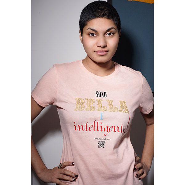 Sono bella e intelligente, così recita la nostra maglietta, di colore rosa scintillante in puro cotone.