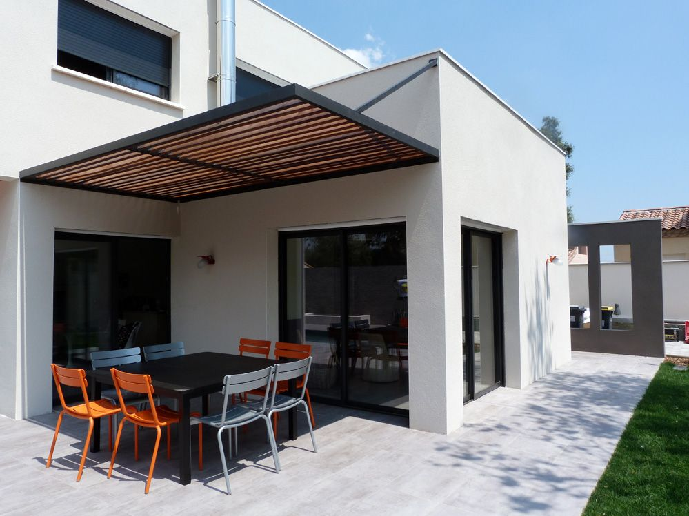 Espace Repas Sur La Terrasse Exterieure Protegee Du Soleil Par Une Pergola Metal Et Bois Br Avec Images Veranda Bioclimatique Pergola Terrasse Maison