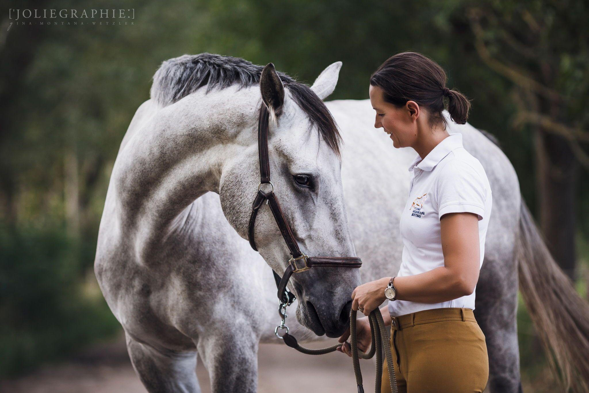 Frau und Pferd schmusend auf einer Allee / Women and horse
