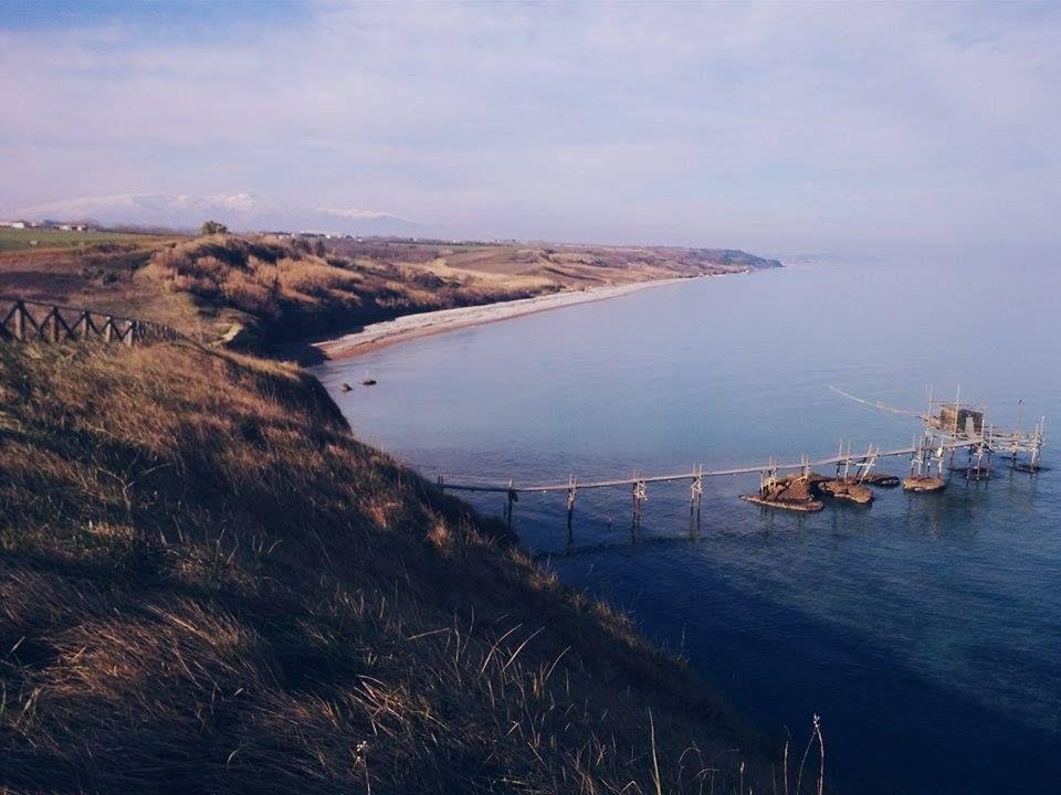 #PuntaAderci, sul promontorio, in bilico tra mare e cielo: a sinistra il trabocco e destra #PuntaPenna e il secondo faro più alto d'Italia.  #Abruzzo