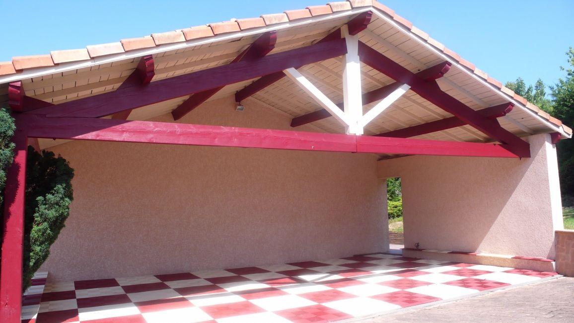 #Auvent - Peinture des éléments de charpente en rouge brique, rappelant le #carrelage extérieur ...
