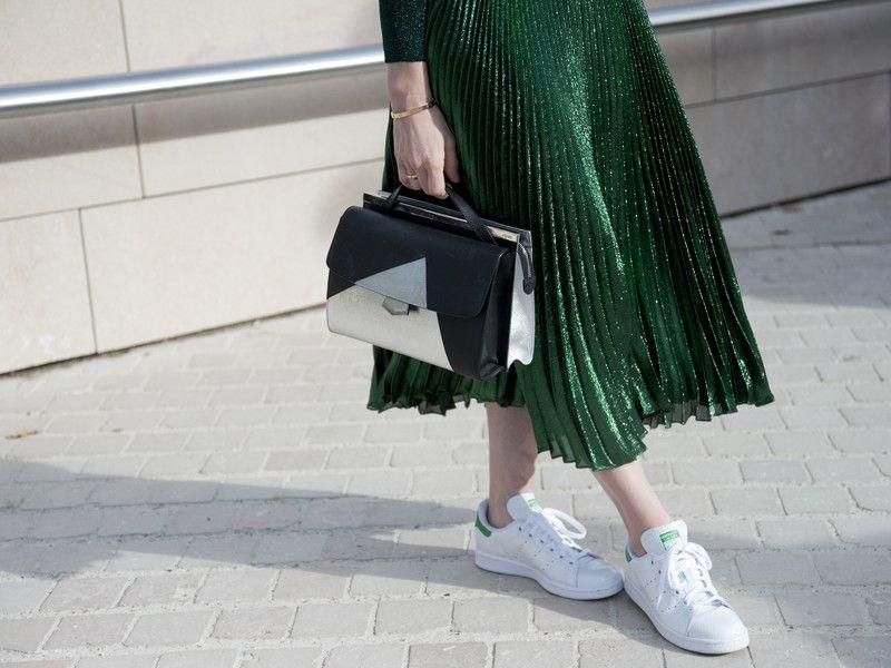Ob zum Rock oder zur Culotte: So stylt ihr Sneaker richtig.
