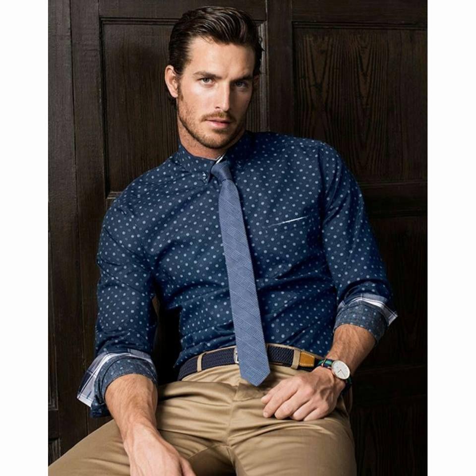 Hombres X-NOW hay muchas formas de llevar tu camisa, las mangas recogidas  te harán lucir un look diferente, relajado y sutil para toda ocasión.