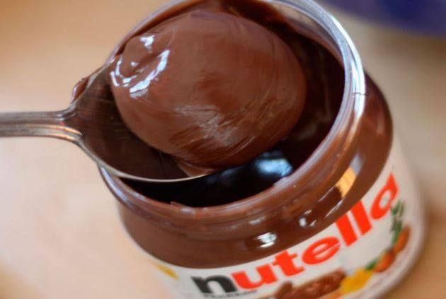 خبر مزعج لعشاق شوكولاتة نوتيلا أظهر تقرير أعدته هيئة سلامة الأغذية الأوروبية أن زيت النخيل المستخدم في شوكولاتة نوتيلا الت Nutella Nutella Recipes Yummy Food