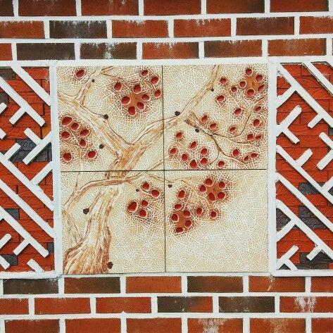 Korea--gyeongu 벽돌과 도자기 벽디자인