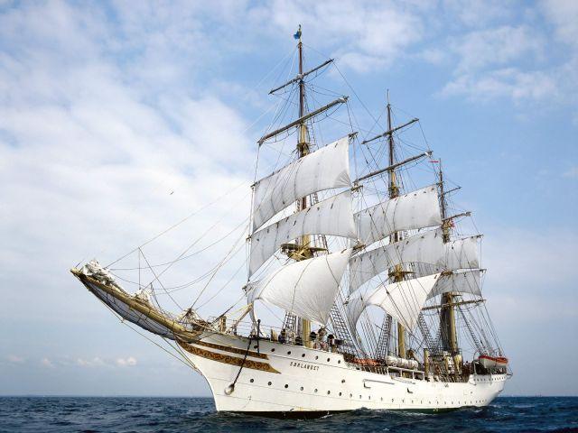 Nom du bateau : Sorlandet Type de bateau : Navire Nationnalité : Norvégienne Le Sorlandet (littéralement « Pays du Sud » , qui est aussi le nom d'une région de Norvège) est un navire-école trois-mâts carré. Ce trois-mâts norvégien, financé par l'armateur Skjelbred, a commencé sa carrière à l'école de la Marine marchande norvégienne, en 1927. Il n'était pas motorisé à son origine.