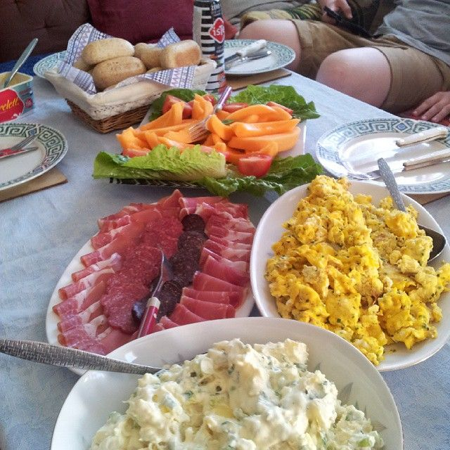 Homemade summer food.  Hjemmelaget sommer mat. Parma ham, salami,  scrambled eggs,  potato salad,  cantaloupe melon,  wholewheat rolls. Spekemat,  eggerøre,  potetsalat,  cantaloupe melon,  grov rundstykker. #homemade #dinner #summer #kragerø #sprkemat #parmaham #potatosalad #potetsalat #scrambledegg  #eggerøre #cantaloupe #rolls #rundstykker #kragerøruss2015