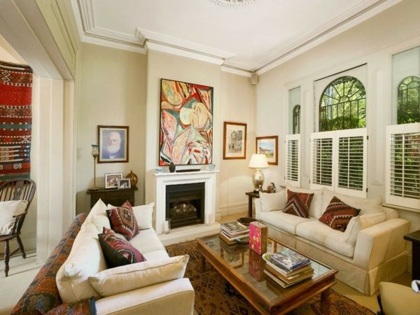 Kleines Wohnzimmer Im Landhausstil   Zwei Sofas Mit Dekokissen Und Ein  Kaminofen