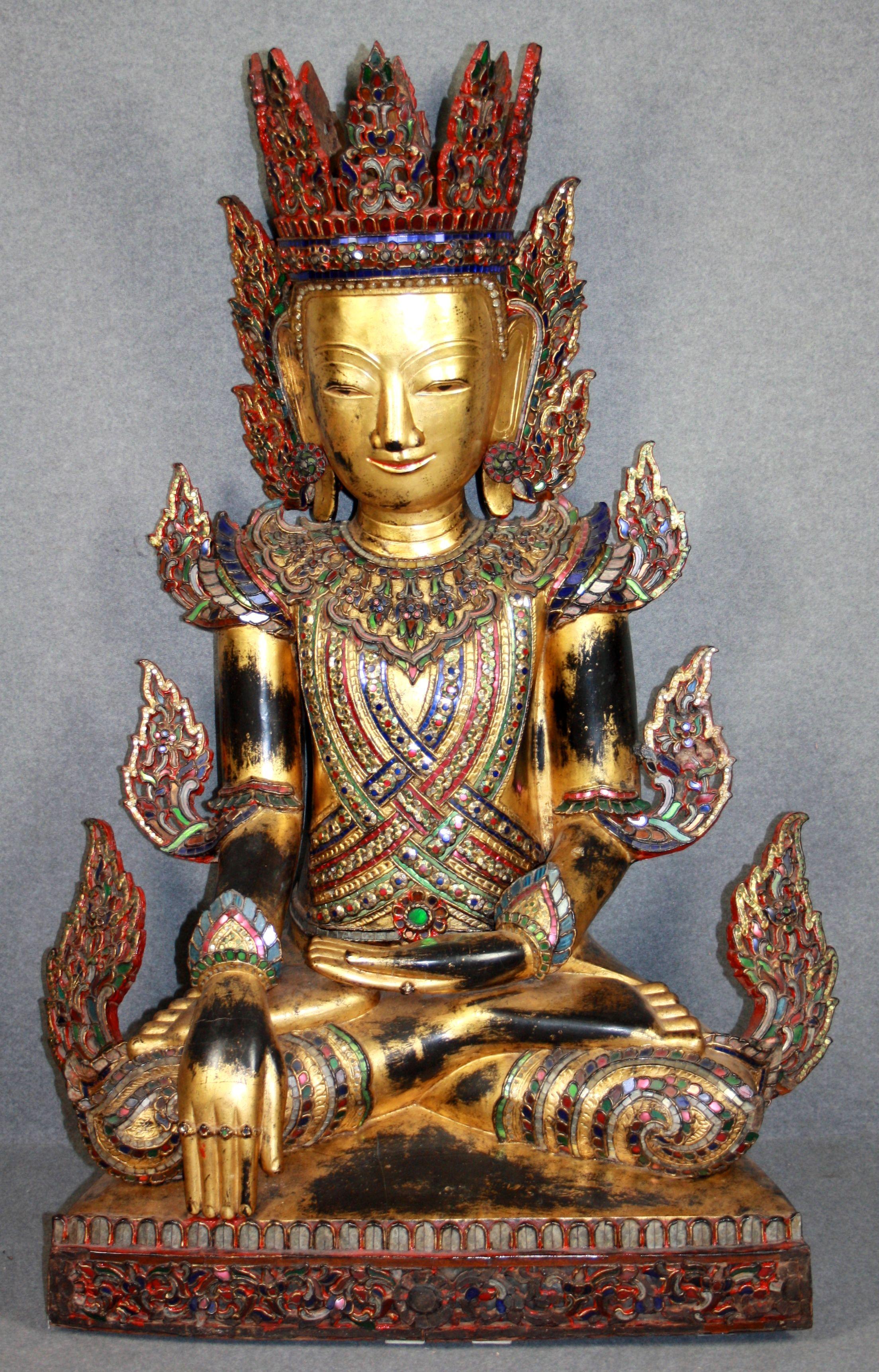 Scultura in legno dorato e policromo con incastonature in vetro raff. ''BUDDHA''. Thailandia o Birmania. XVIII secolo. Mis. Lung. cm. 75 Alt. cm. 114 ca.