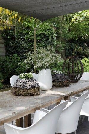 sfeervolle tuintafel met natuurlijke aankleding