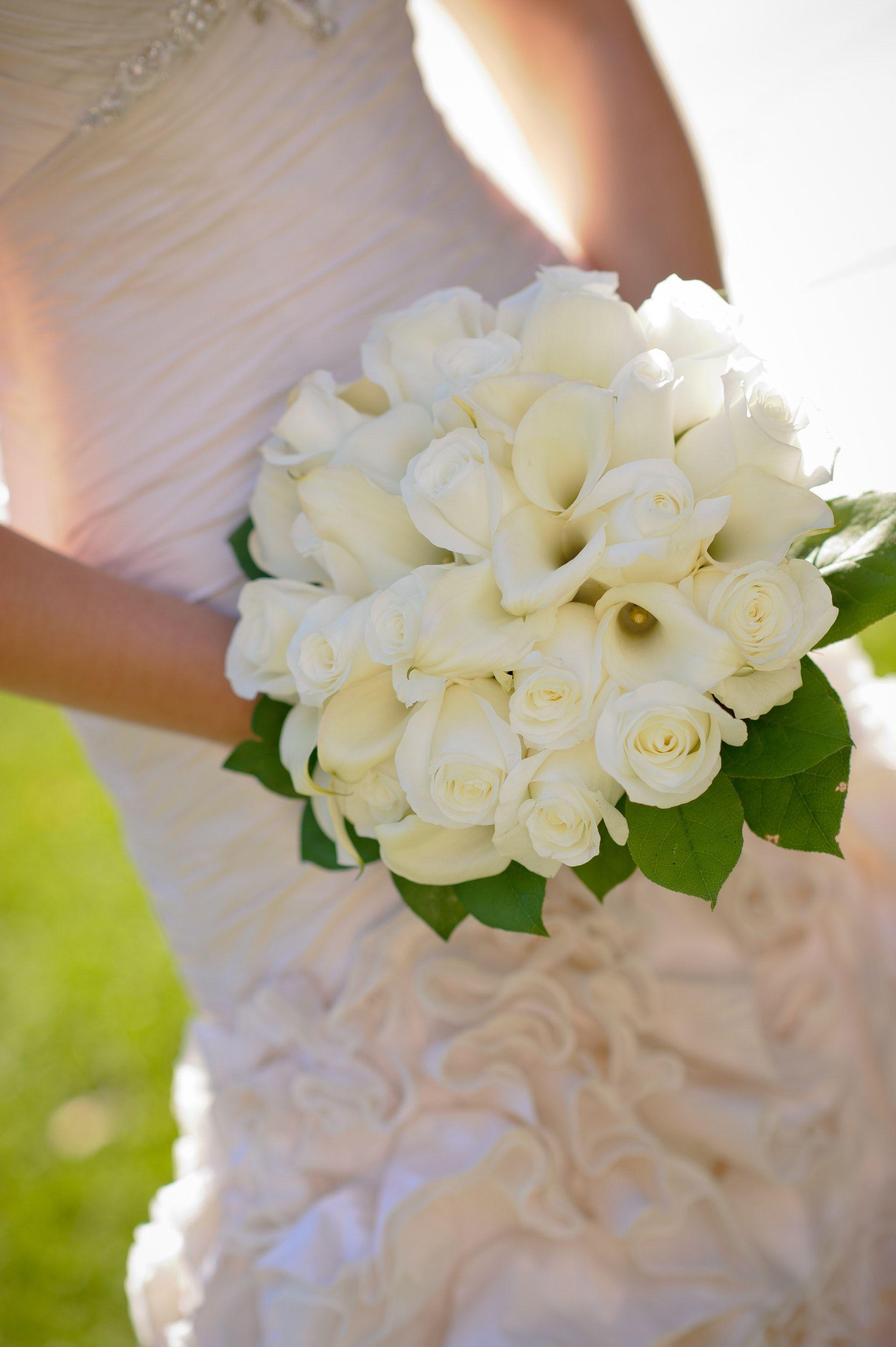 اجمل صور بوكيه ورد لاعياد الميلاد وللأحبه موقع مصري Wedding Tips White Flower Bouquet Save Money Wedding