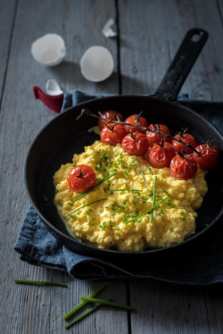 Herkullisen pehmeä munakokkeli maustetaan tilkalla hunajaa. Lopuksi siihen lisätään kananmunan keltuainen, joka takaa kermaisen lopputuloksen.