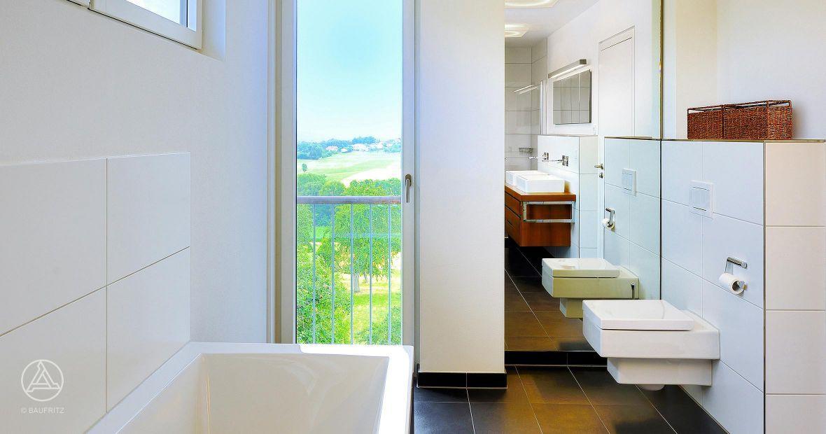 bauhaus badezimmer das bad im baufritz haus wiesenh tter mit gro z giger badewanne und dunklen. Black Bedroom Furniture Sets. Home Design Ideas