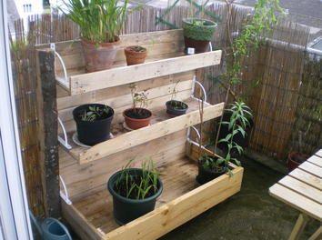 Cr ation d 39 une jardini re en escalier pour un balcon ou un - Jardiniere en palette de bois ...