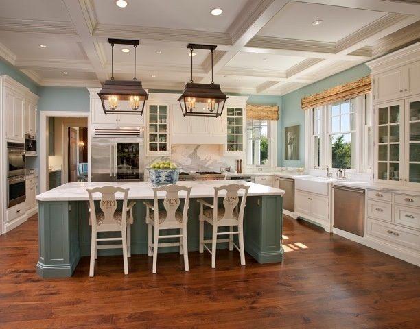 wohnideen landhausküche weiß hellgrün schmiedeeisen beleuchtung, Wohnideen design