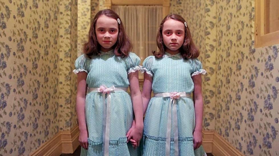 Harvinainen kuva! Tältä Hohto-leffan karmeat kaksoset näyttävät nyt --- (linkin takana siis..)