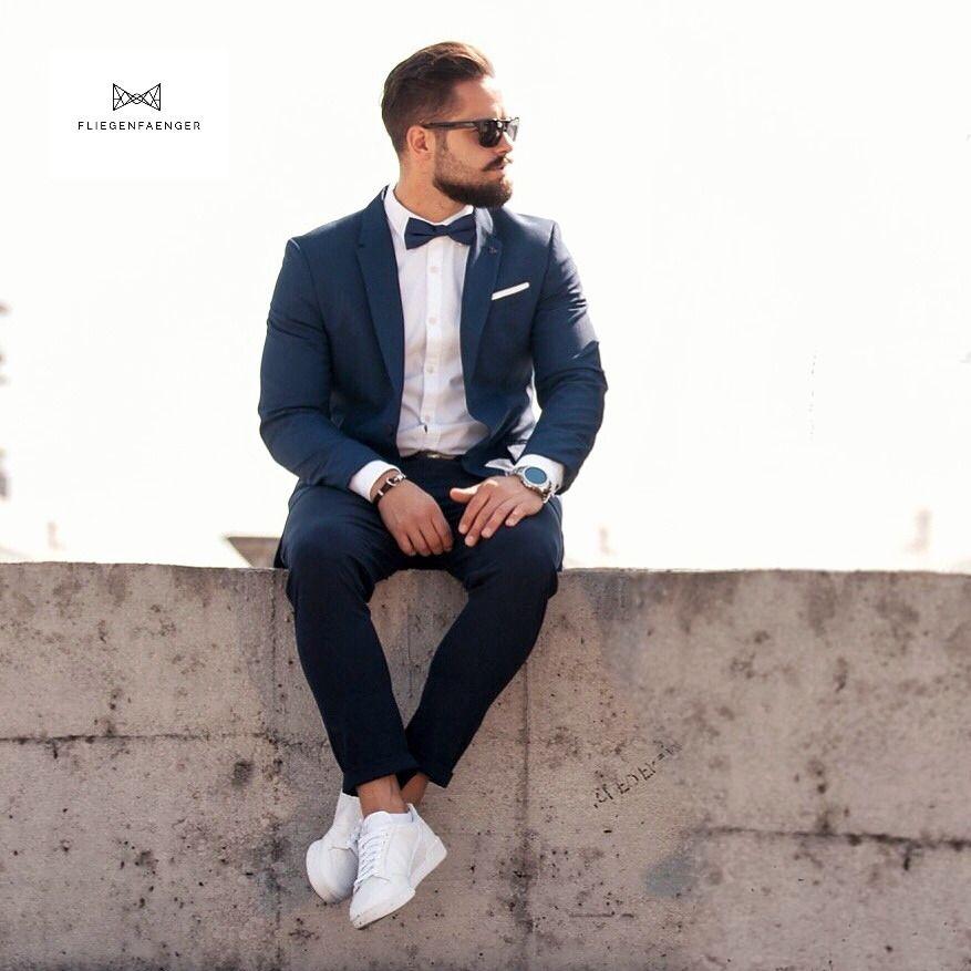 Blauer Anzug Mit Weissen Sneakern In 2020 Blauer Anzug Dunkelblauer Anzug Anzug Herren