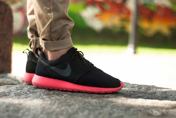 a119367629902 nike-roshe-run-black-siren-red-Hubi