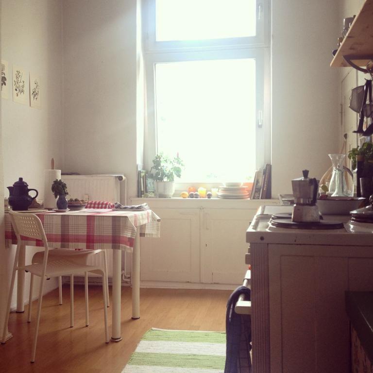 Hell möblierte Küche mit weiß gestrichenen Holzdielen, großem - holzdielen in der küche