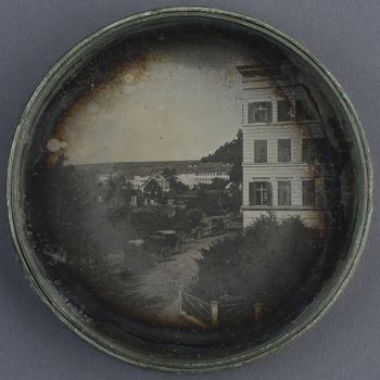 Karlsbad mit Häusern und Kutschen. Runde Daguerreotypie in einer runden mit Marmorpapier bezogenen Kartonbox.