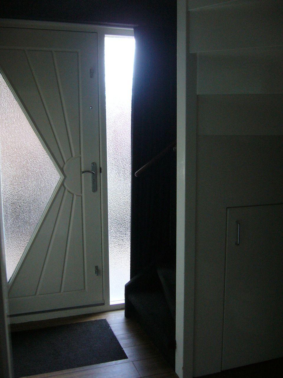 Hal entree met trapopgang pvc vloer van therdex in houtlook met zwart voegstripje - Entreehal met trap ...