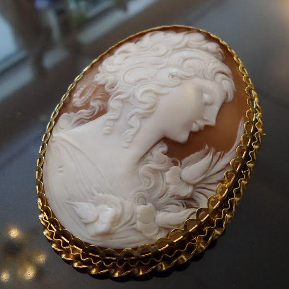 Camafeo vintage italiano tipo broche y colgante, un retrato realista tallado sobre concha natural con un marco de oro bellamente adornado, una romántica obra de arte. D: 7cmX5cm Encuentra piezas únicas para coleccionar, regalar y regalarte aquí en 1920 V&N Antiques!  Teléfono : 3032661 https://goo.gl/photos/KkFp8X524ARcd1mU8 #camafeo #estilovictoriano #gold #oldcamafeo ##madeinitaly #Italy #cameo #1920VNANTIQUES #1920antiques #1920vnantiques #vintage #vintagepanama #jewellery #vintagejewelry…