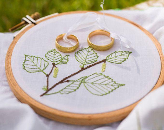 Ringkissen mit sommerlichem Print. Ideal für Sommer-Hochzeiten. Zu kaufen bei Etsy.