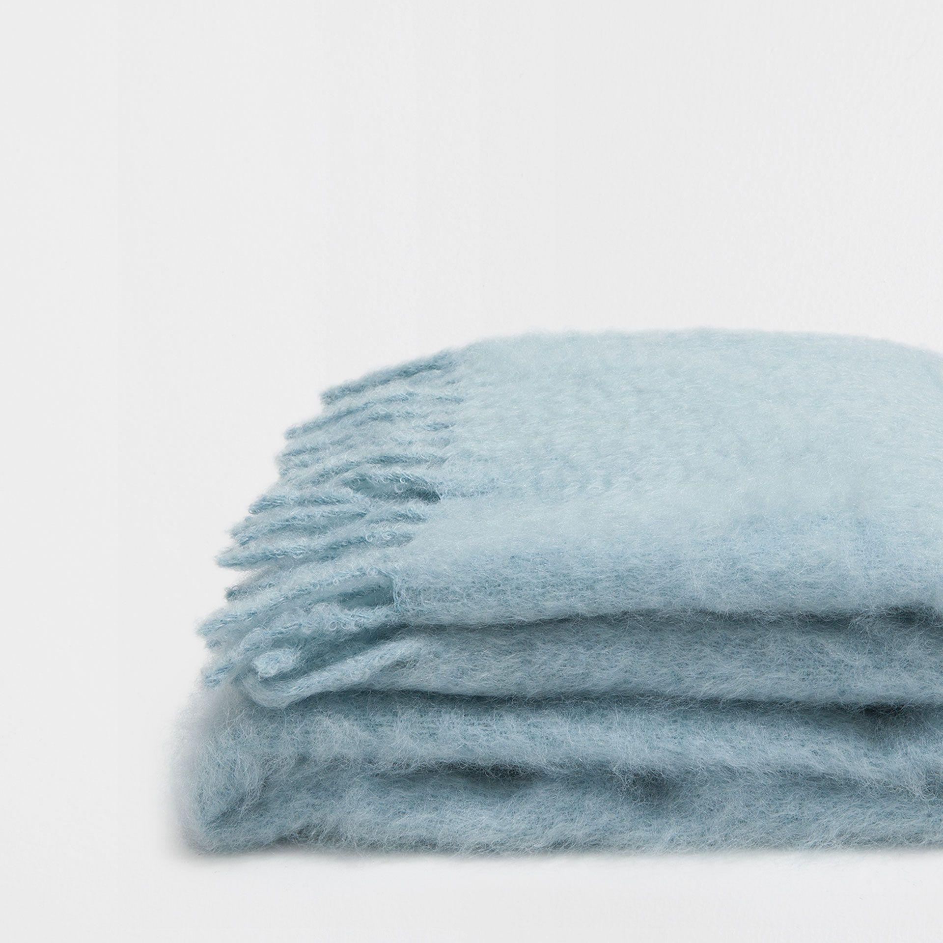 Manta mohair flecos plateada mantas cama zara home for Zara home mantas